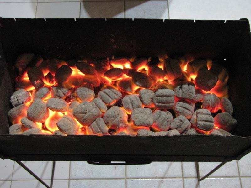 Огонь для мангала. Разжигаем угли сами за минуту.